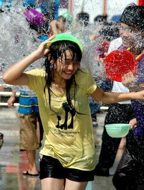 水を浴びて服がびしょ濡れのJSの太ももがイイ!