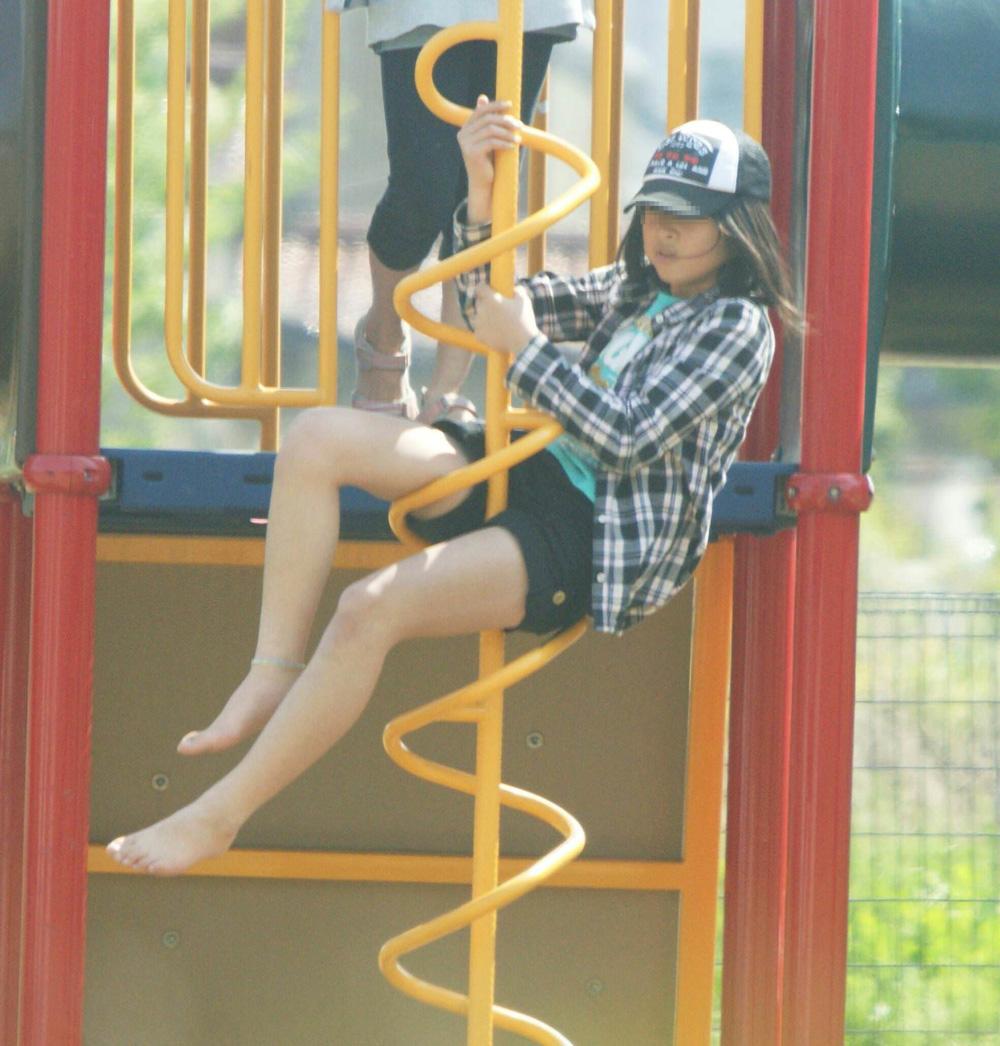 公園で遊んでるホットパンツ少女の美脚に釘付け!