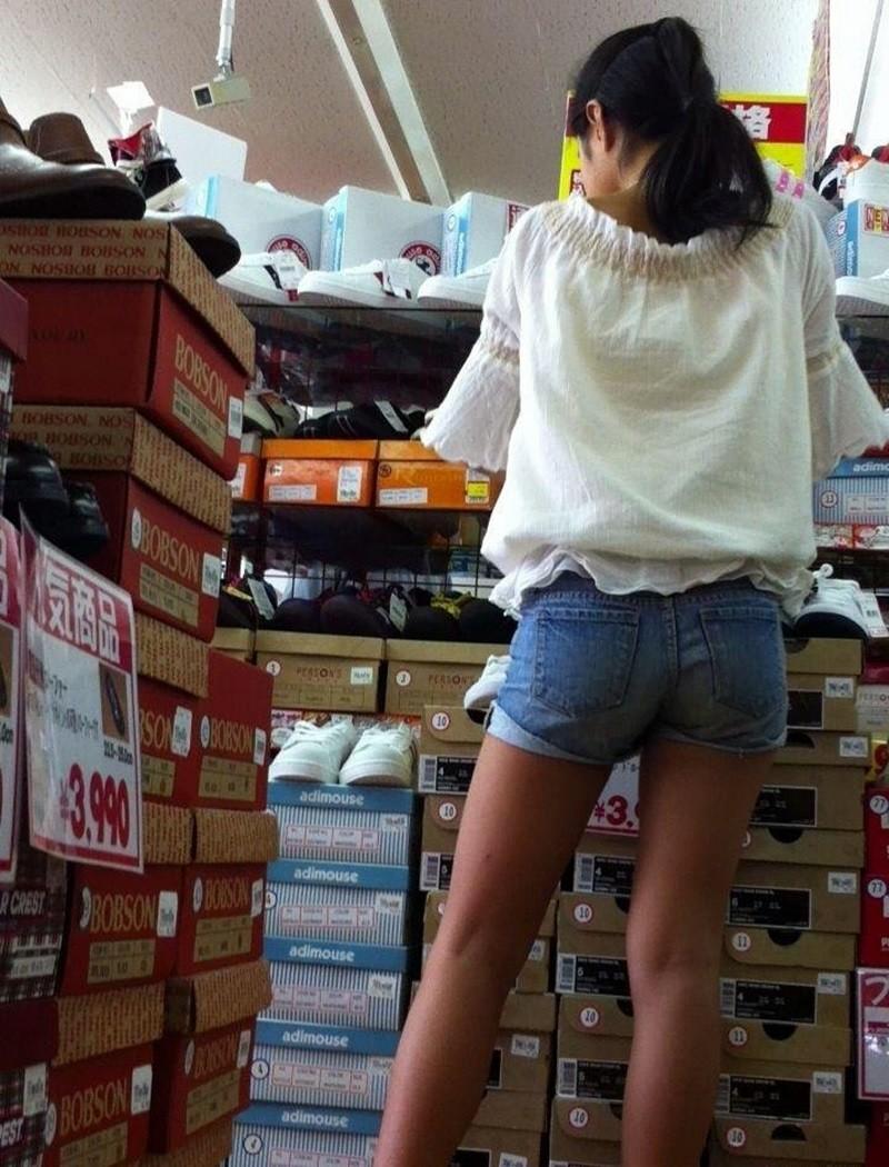 靴屋で買い物してるホットパンツのJSを隠し撮り!