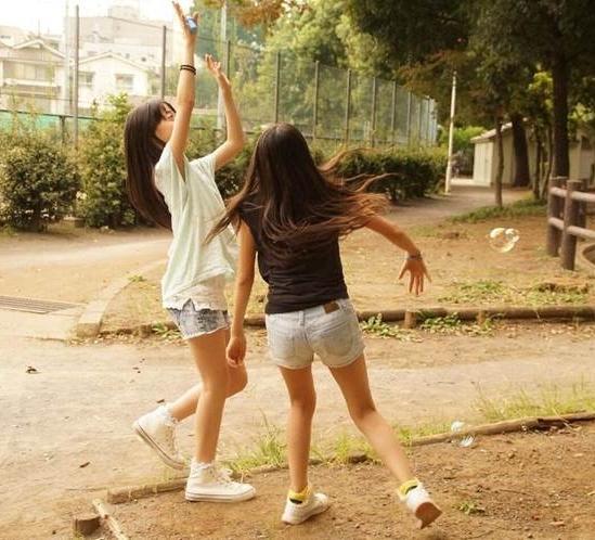 公園で無邪気に遊ぶロリ少女たちの生足を盗撮!