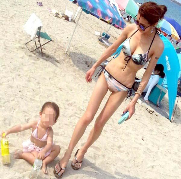 ビキニ水着の子連れママのドスケベボディが最高!