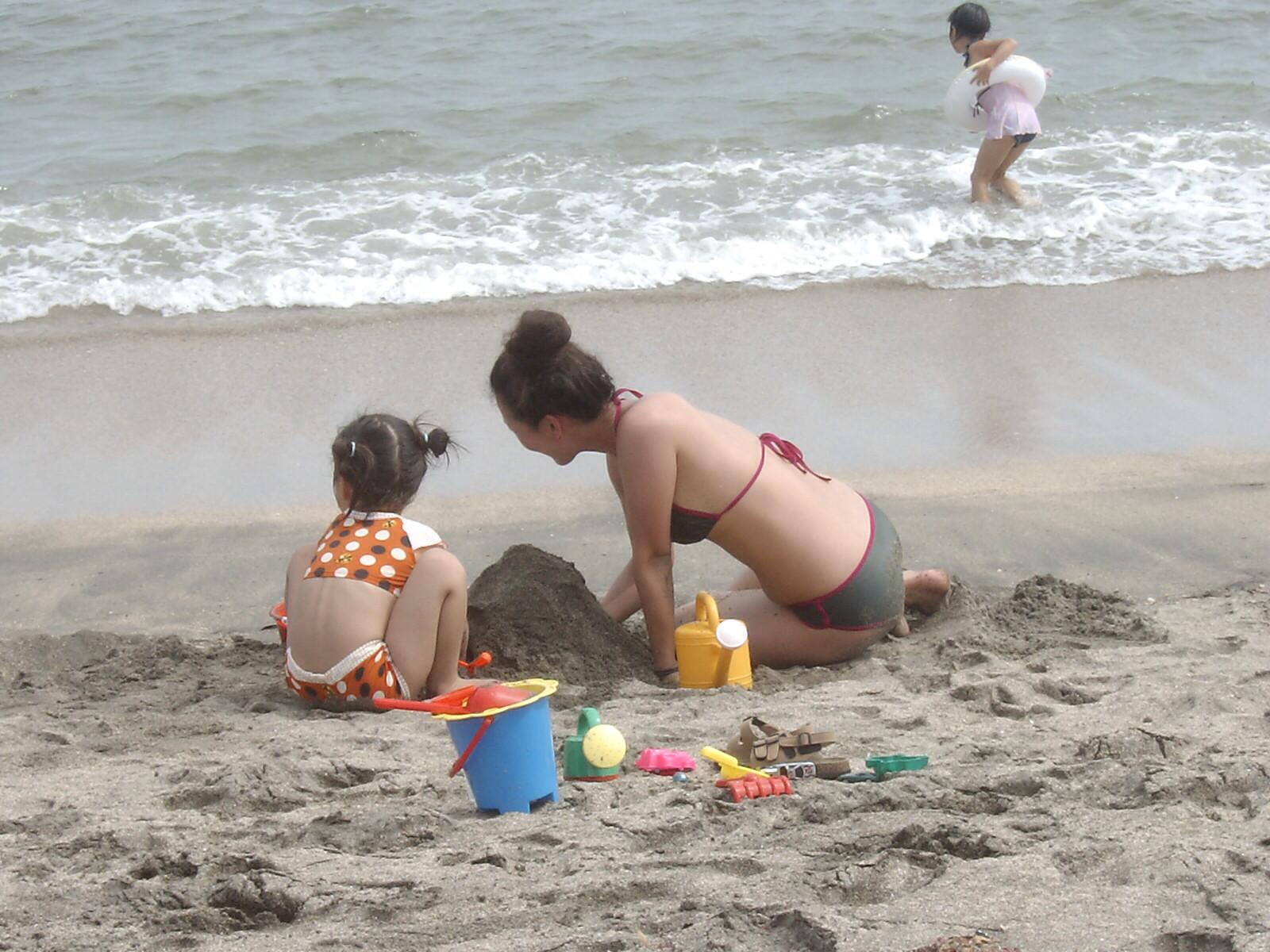 子供と砂遊びするビキニ水着の奥様を隠し撮り!