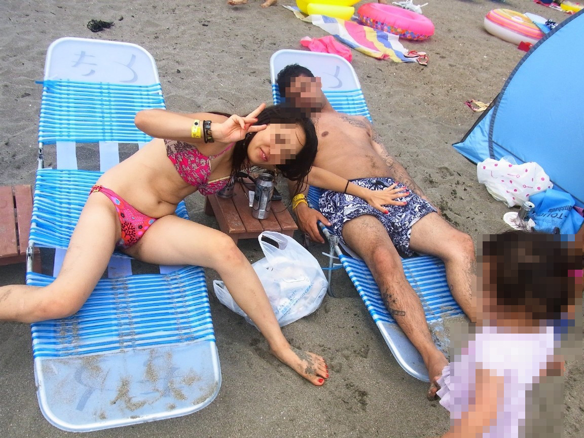 海で写真を撮ってるビキニ人妻の股間がエロい!