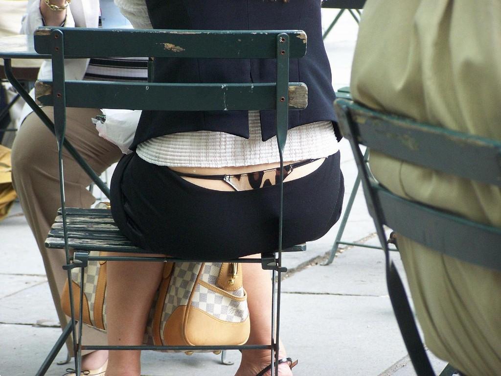 カフェでお茶してるお姉さんの下着を背後から隠し撮り!
