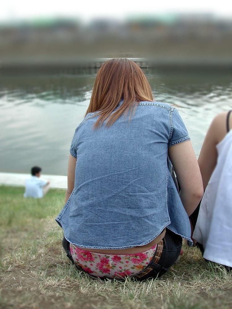 河川敷で派手な下着が丸見えなお姉さんを盗撮!