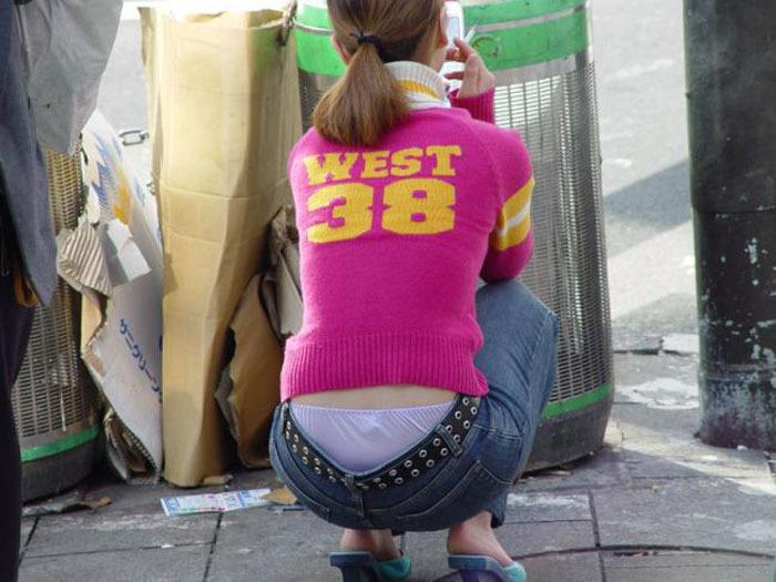 路上でお尻から下着がモロ見えな素人を隠し撮り!