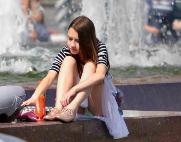 噴水広場でパンツ見えてる外国人が可愛すぎる!