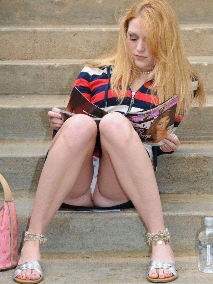 階段に座ってパンチラしながら雑誌を読む海外美女!
