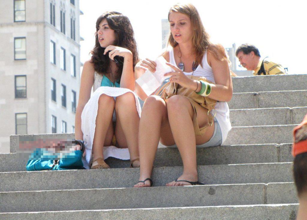 海外ギャルの階段パンチラに興奮しまくり!