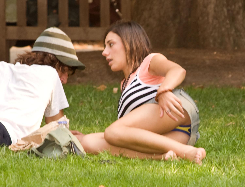 ミニスカ海外美女が草むらに寝そべってパンチラ!