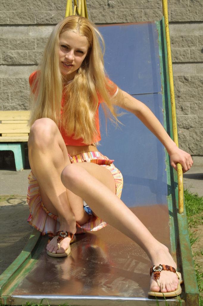 滑り台を滑ってパンチラしてる美少女外国人!