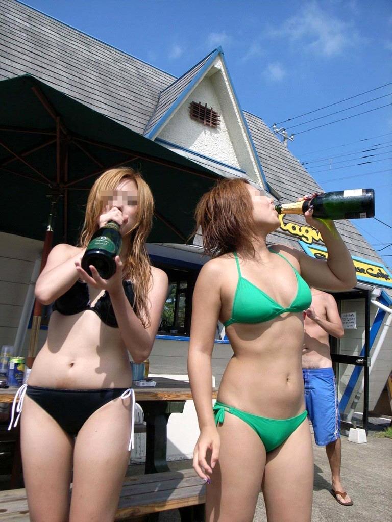 ビーチでシャンパンをラッパ飲みするギャル達!
