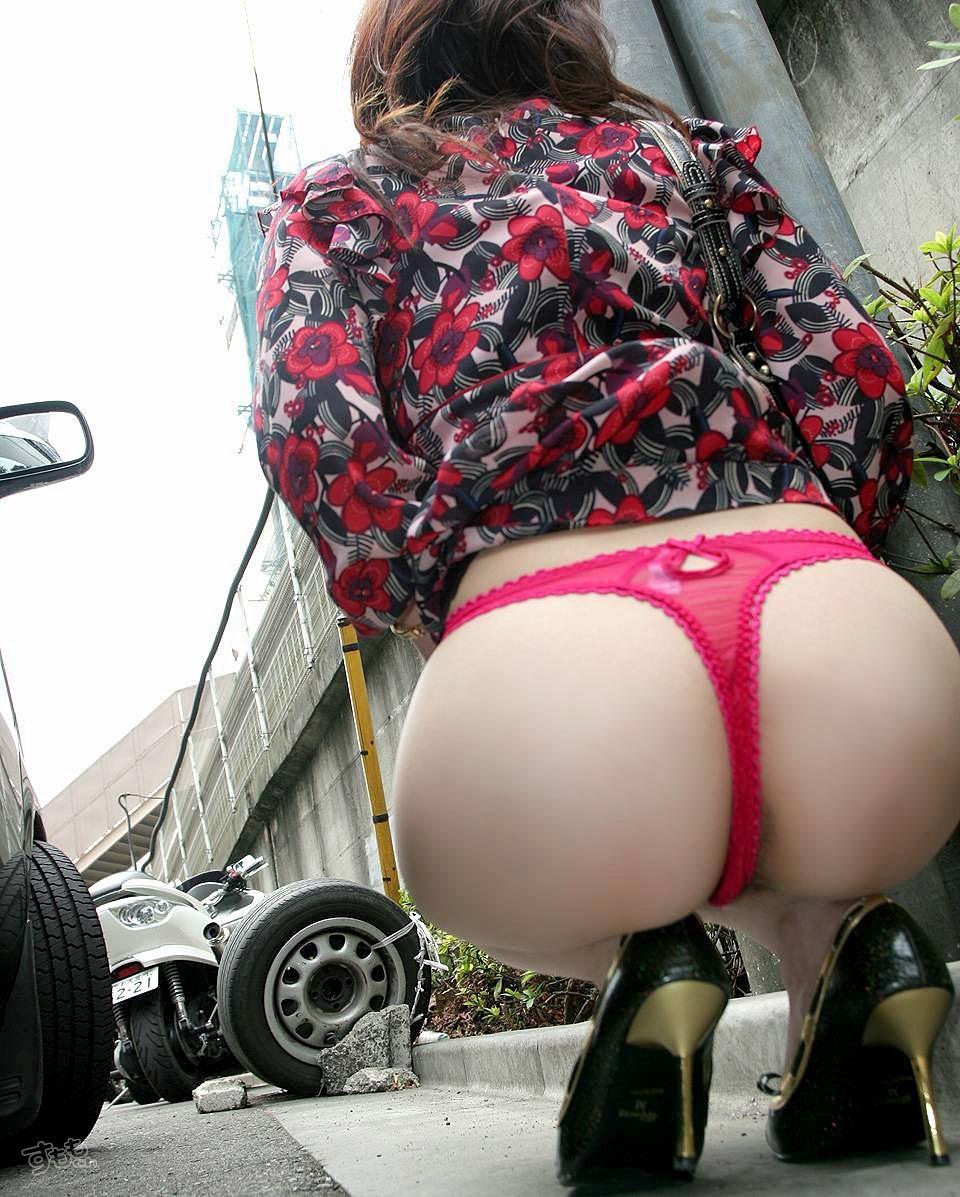 駐車場の奥でTバックのデカ尻見せるプチ露出!