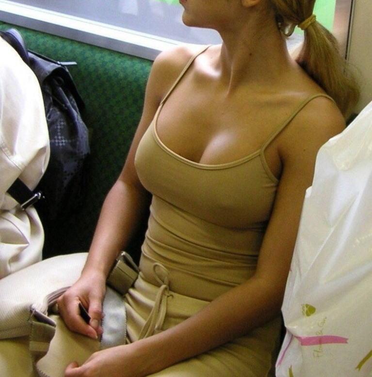 電車内で巨乳ギャルの乳首ポッチを隠し撮り!