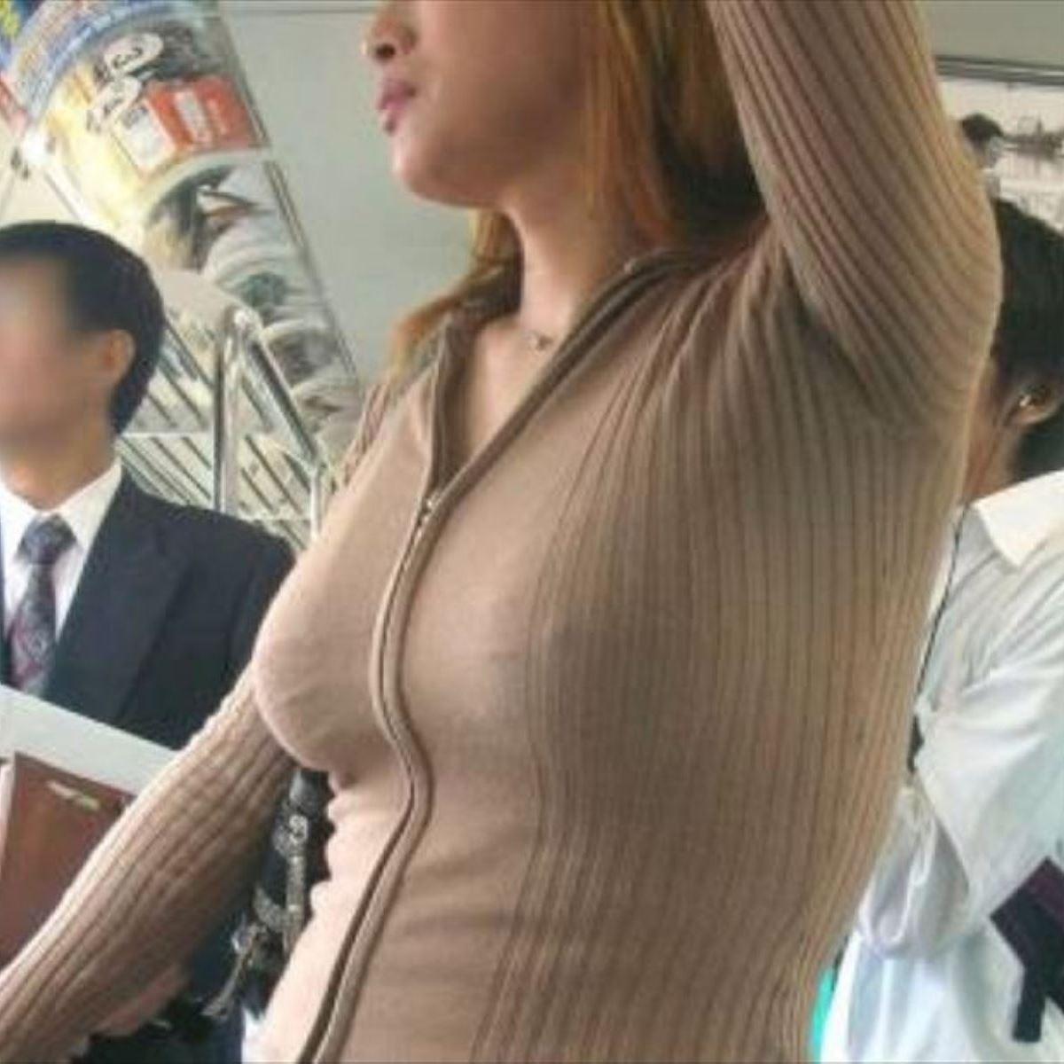 電車の中で素人美女の乳首ポッチをこっそり盗撮!