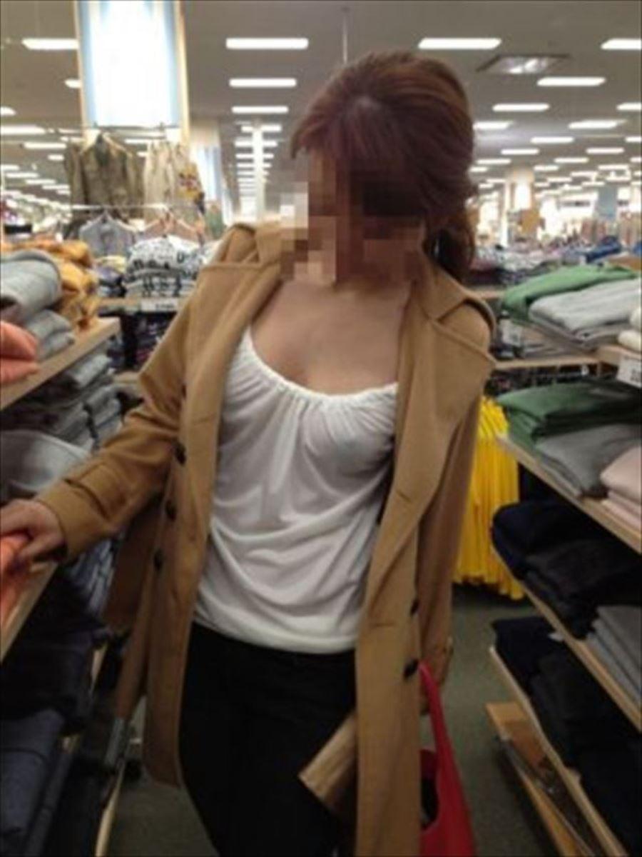ノーブラで買い物してる美人お姉さんの乳首を確認!