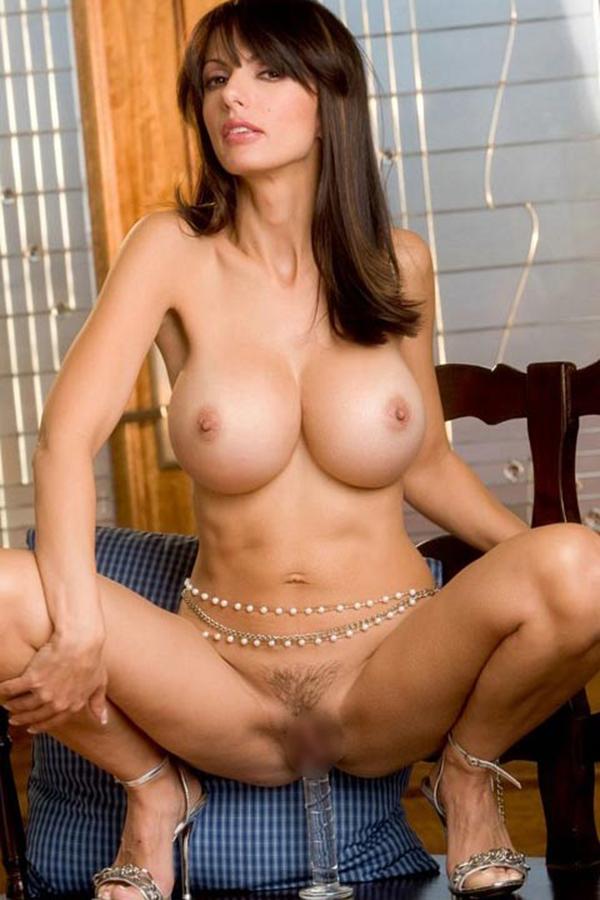 巨乳海外美女が透明ディルドでマンコを刺激してる!