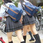 【JK街撮り美脚エロ画像】街中で必ず目を惹く制服姿の女子校生の生足…立ち止まってエロ目線で見る!