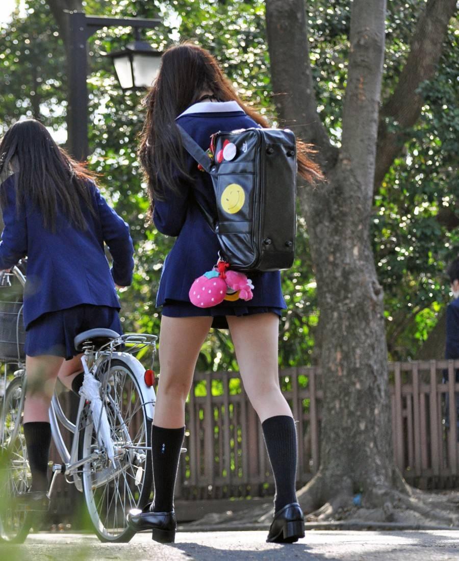 モデル体型の女子校生の生足太ももがソソる!