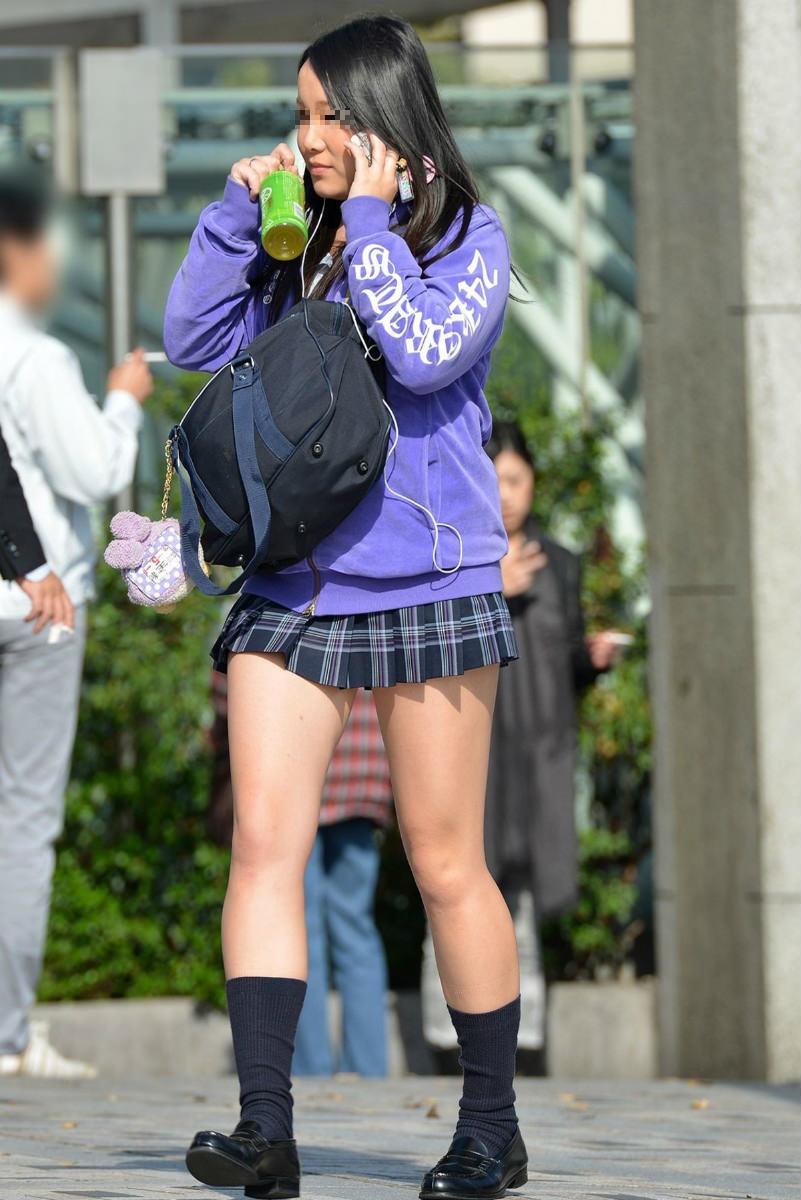 街中で女子校生のむちむちな生足を堪能する!
