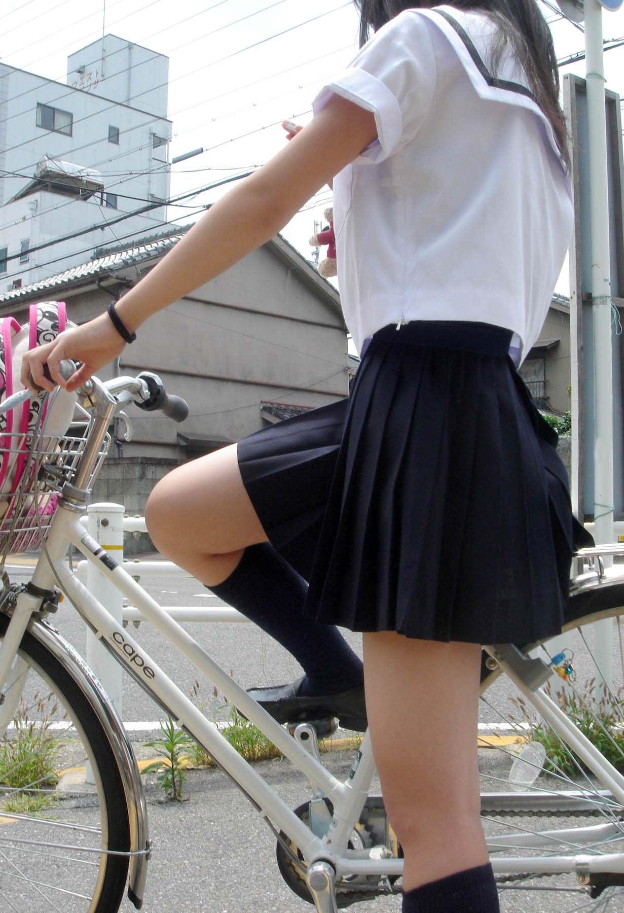 自転車に跨ってるJKの太ももがエッチだな!