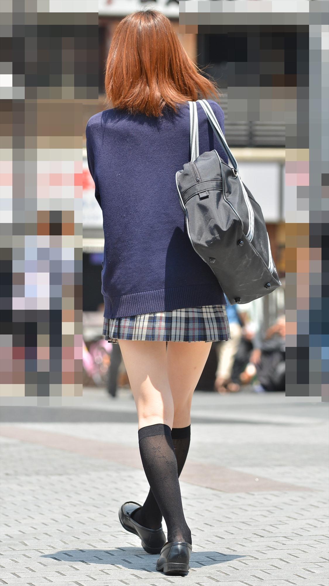 スカートの丈が短すぎてお尻が見えそうな制服JK!