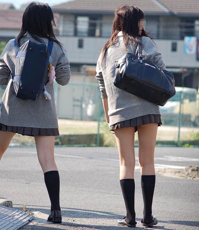 制服スカート丈が短くて美脚を露出するJK!