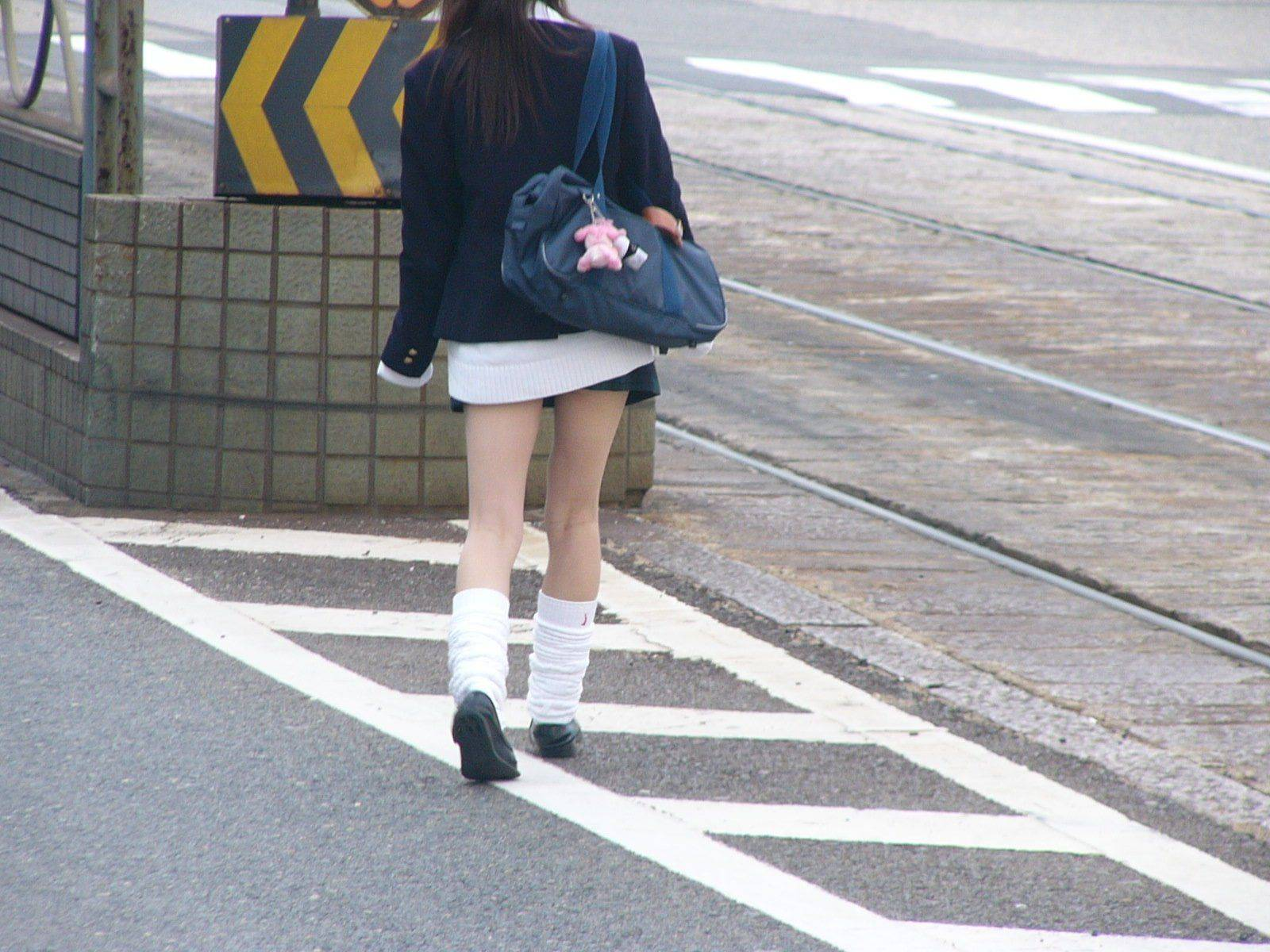 美白の綺麗な生足のJKを後から隠し撮り!