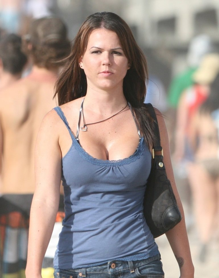 キャミ姿の海外美女の着衣巨乳が最高!