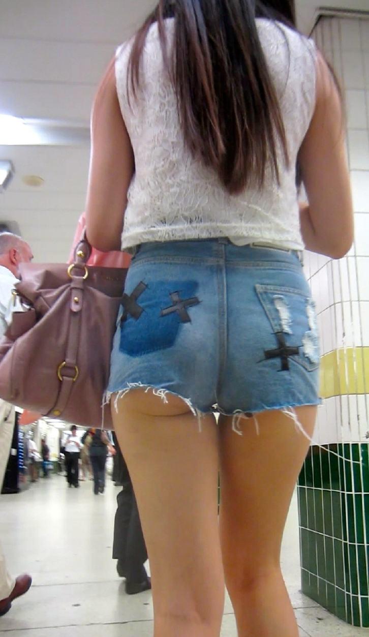 ホットパンツ履いてる女子のお尻をガン見!