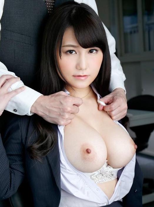 巨乳を見せつけるようにシャツから放り出す!