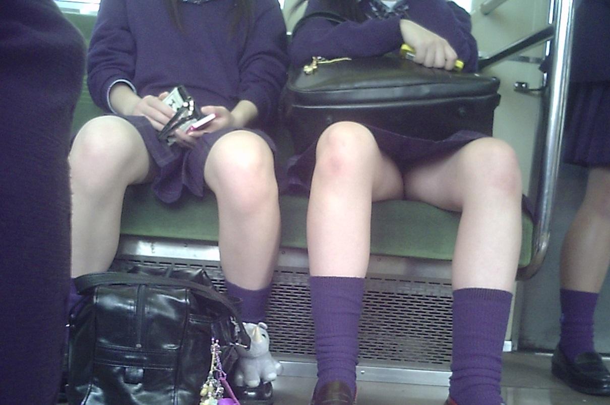 電車で対面に座ってるJKの太ももが堪らんぞ!