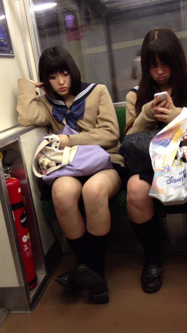 電車通学する清楚系のJKのパンチラを隠し撮り!