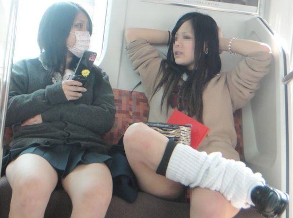 電車で足組むミニスカ制服JKがパンチラしてる!