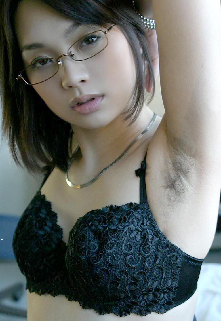 眼鏡美女の脇毛が卑猥に見えます!