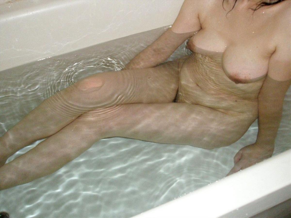 湯船に浮かぶ熟女の胸を見てると興奮するな!
