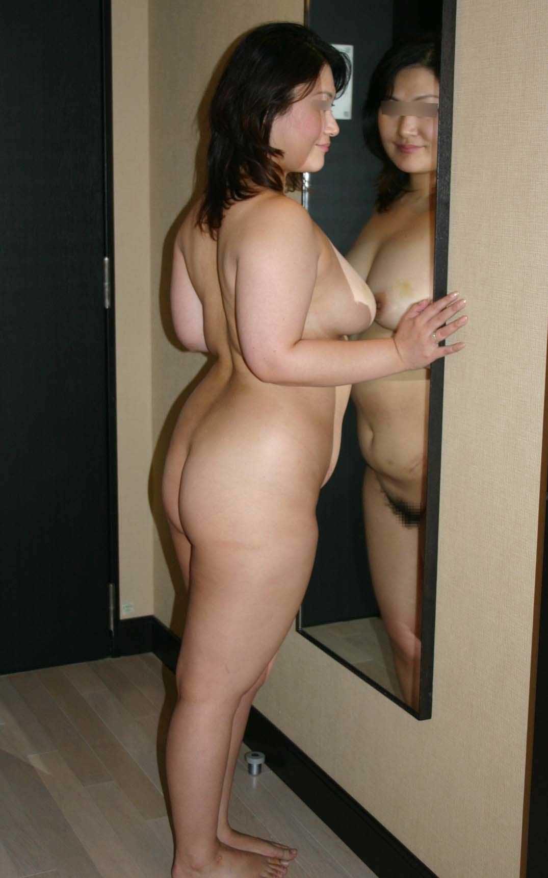 鏡におっぱいを押し付けてるむっちり熟女!