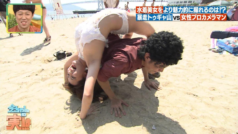 ビーチ_ビキニ水着_股間_素人_テレビキャプ画像_06