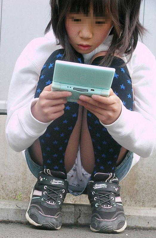 DSに夢中でパンチラしまくりな女の子!