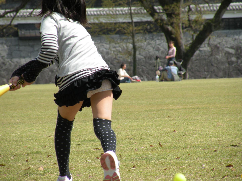 公園で野球してスカートが捲れてパンチラ!