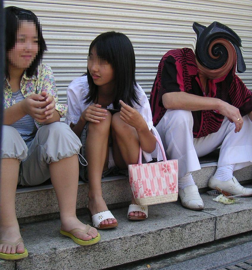 街中でJSの純白パンツを隠し撮り!