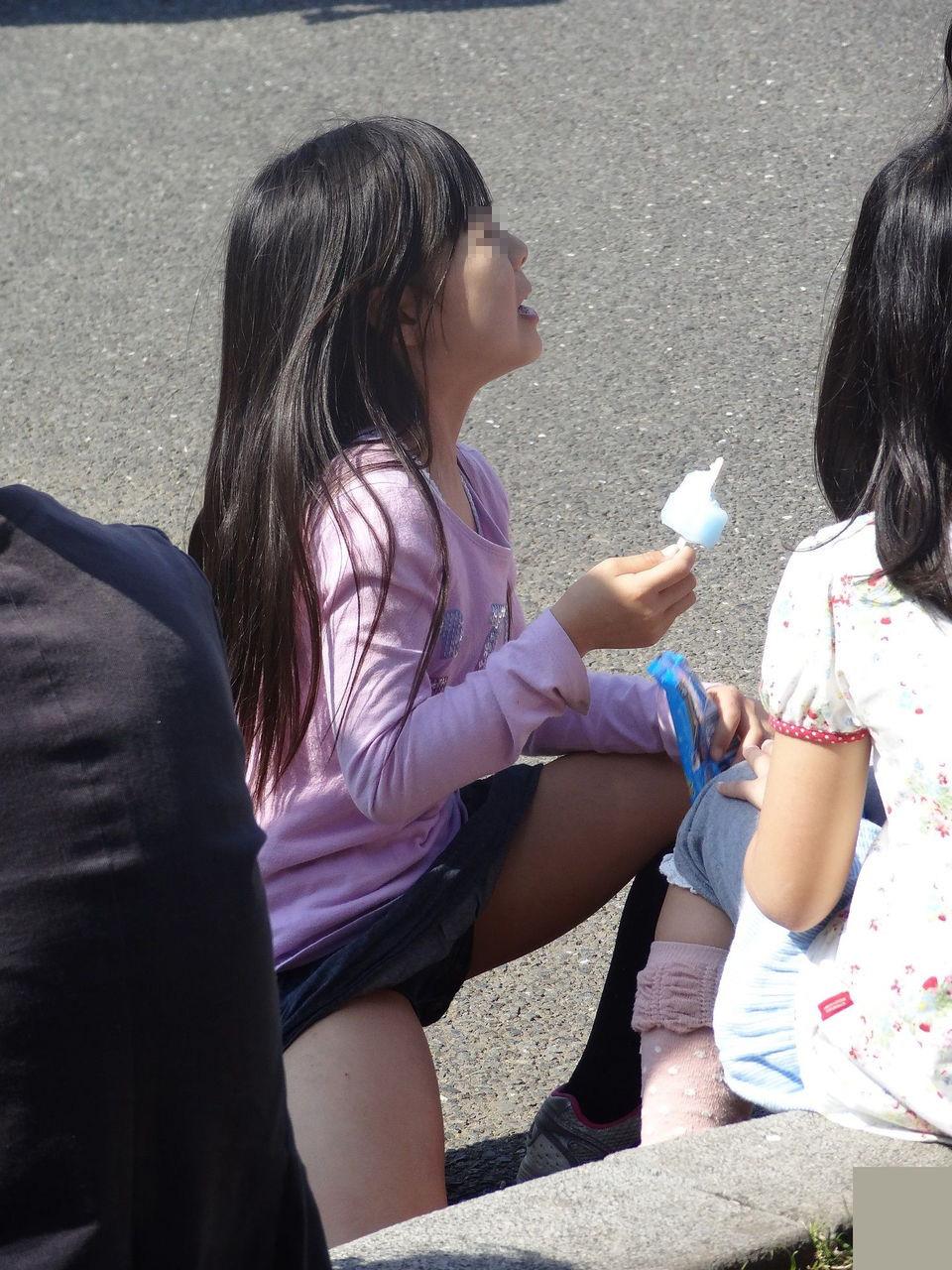 アイスを食べながら下着が丸見えの少女!