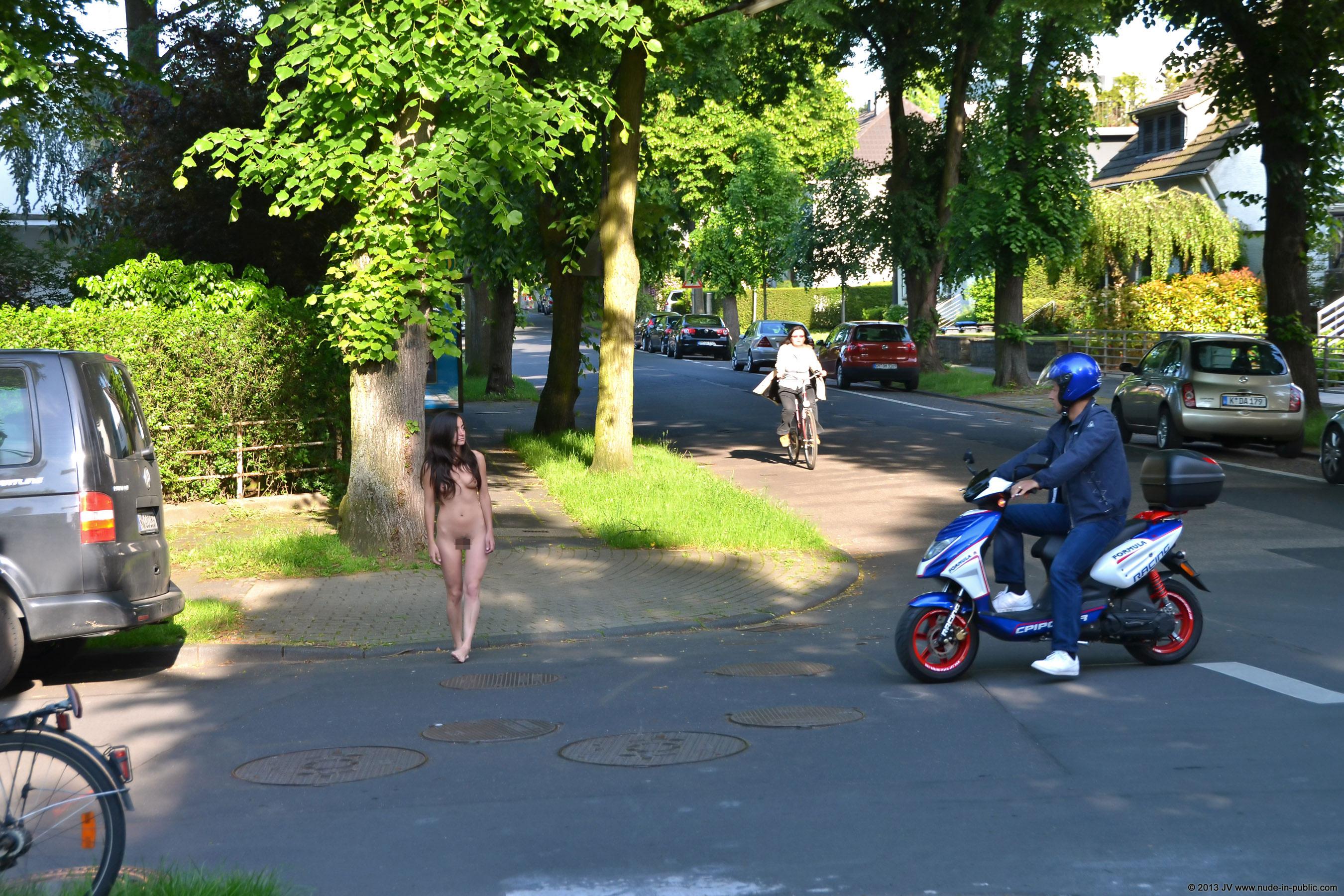 全裸で町を散策する変態すぎる海外美女!