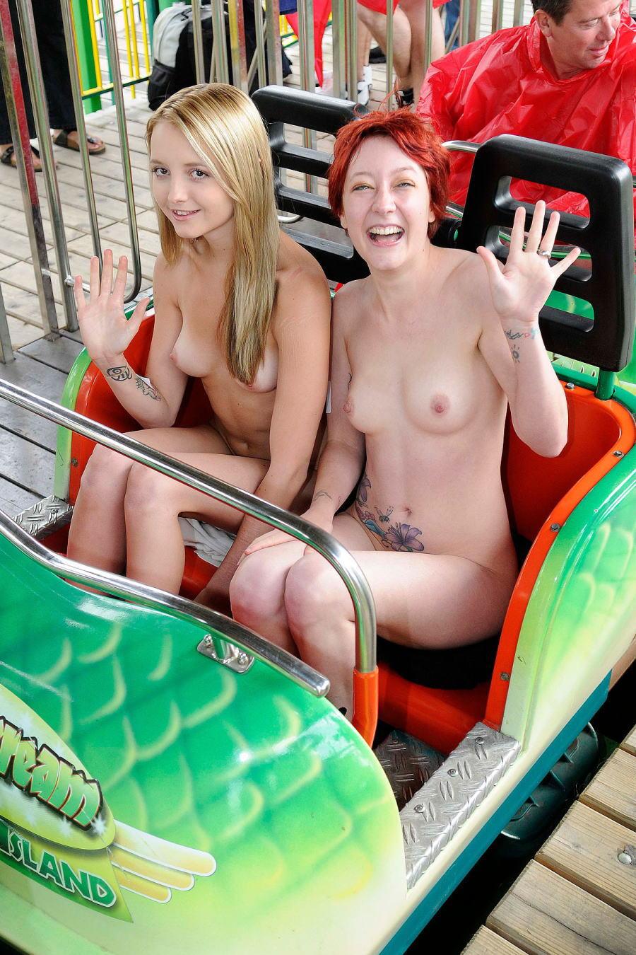 スリムな海外美女達が全裸で乗り物に乗る!