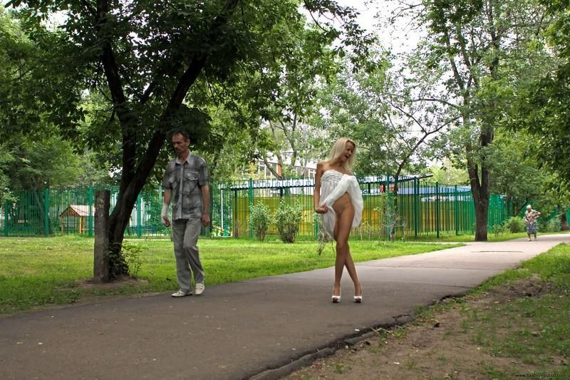 公園をマンコを晒しながら歩く変態外人さん!