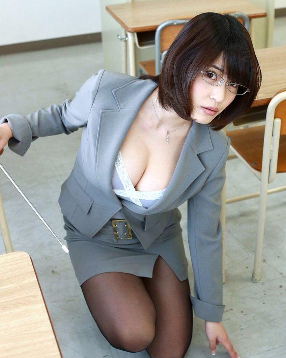 わざと屈んで胸の谷間を見せつけるスケベ女教師!