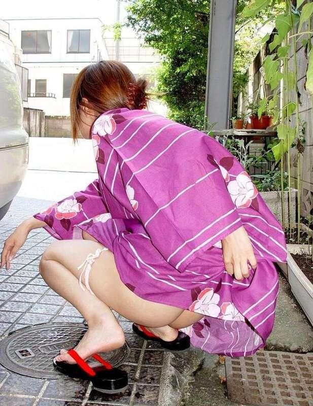 美女が浴衣たくし上げて野外で放尿してる!