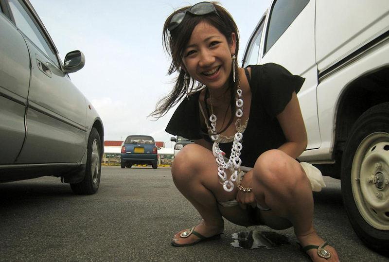 駐車場で笑顔でオシッコしてる美女が変態すぎる!