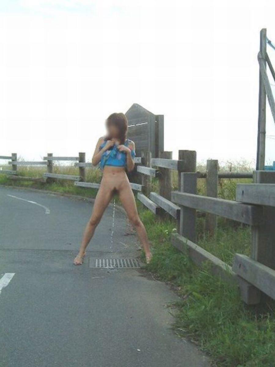 山道の路上で起用に立ちションしてるギャル!