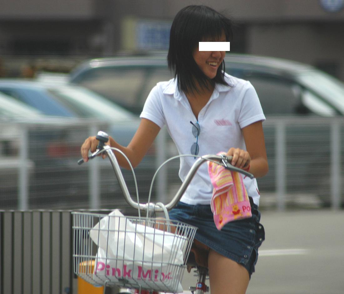 自転車に乗る美少女のパンツを隠し撮り!